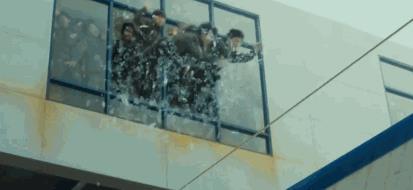 《釜山行》破窗而出.jpg
