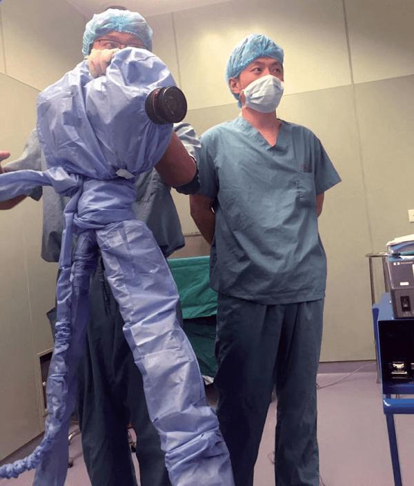 """《人间世》摄制组在手术室中拍摄时需要""""全副武装"""""""